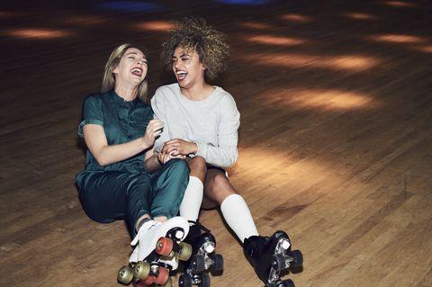 Twee vriendinnen in roller disco