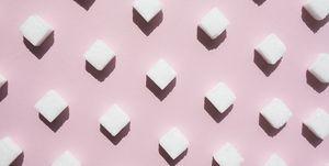 Suikerblokjes op een roze achtergrond