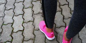 Vrouw met roze sneakers
