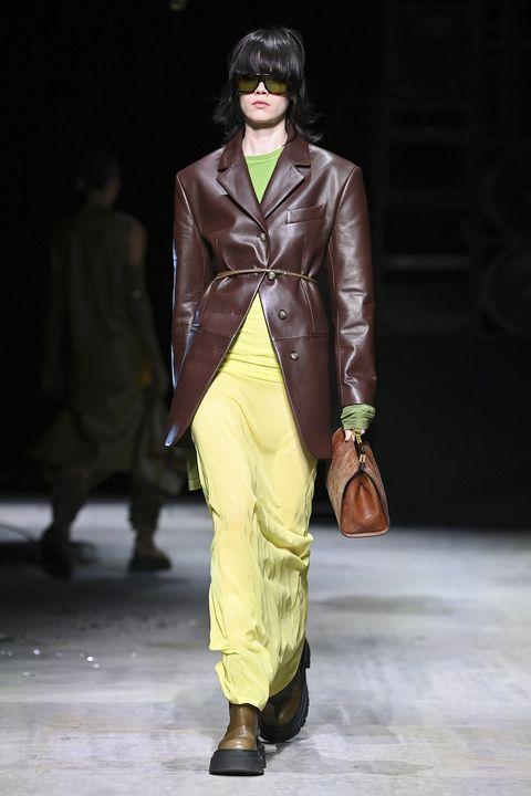 giacca donna autunno inverno 2021, le giacche invernali di tendenza le scegli tra i blazer eleganti alternativi, la giacca di pelle lucida e morbida in cui avvolgerti