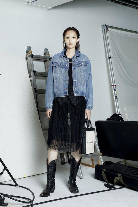 con le giacche jeans estive è facile creare outfit wow, dalla giacca donna jeans corta e boxy alle giacche denim lunghe da uomo, il mood summer blue è servito