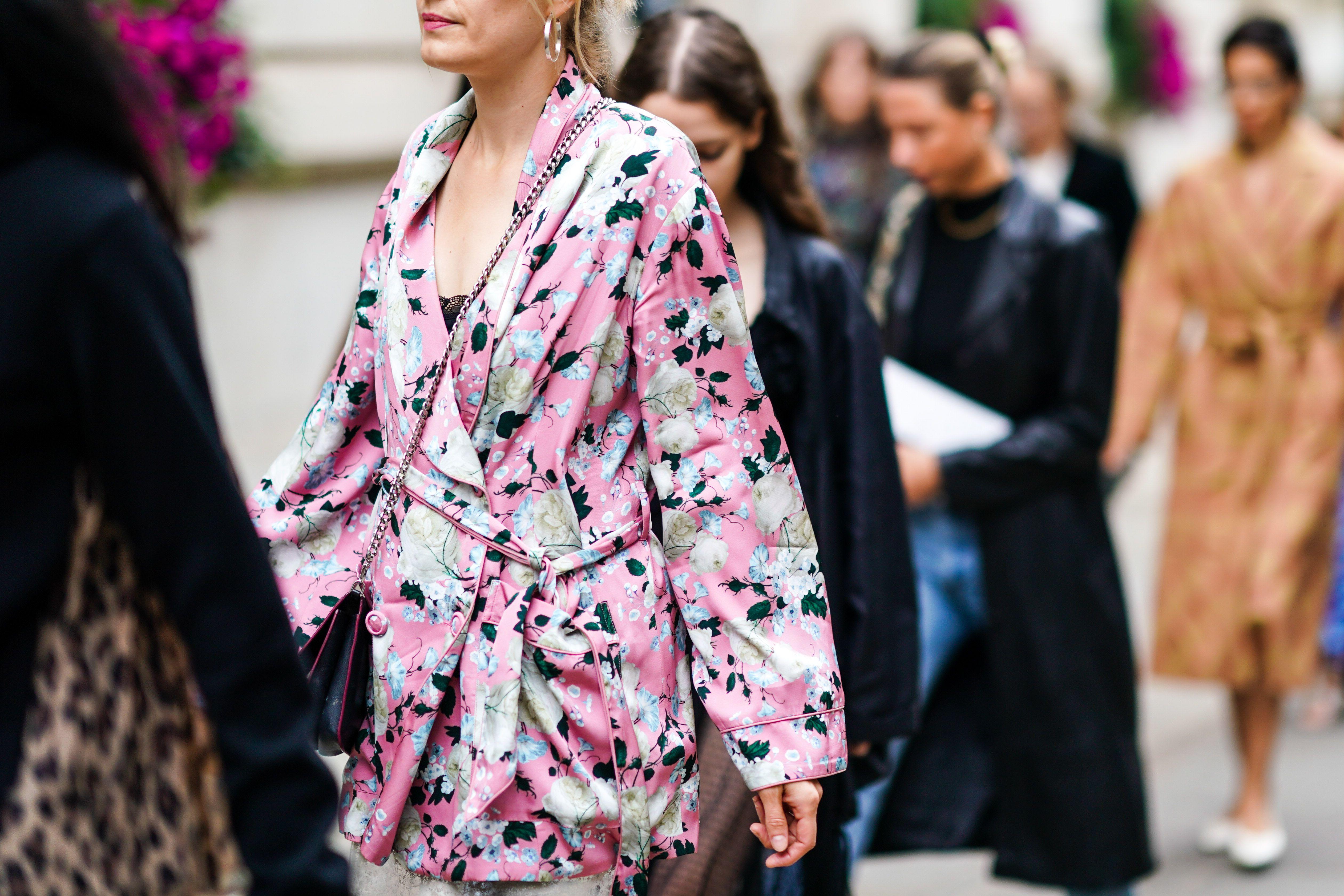 Il kimono è la nuova giacca, meglio del blazer è il capo cult che non ha confini dentro e fuori casa