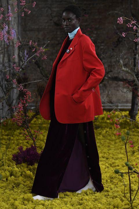 con le giacche estive occorre saper investire le risorse su modelli di blazer furbi che possano spaziare dalla classica giacca nera e blu alle stampe moda 2021