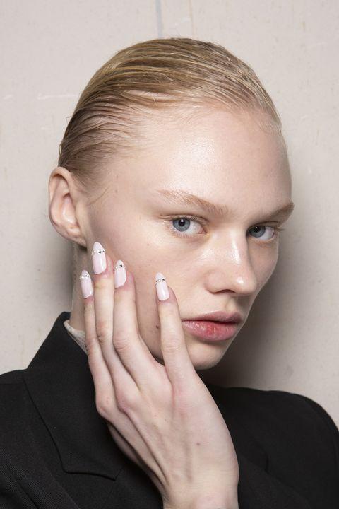 Face, Hair, Eyebrow, Forehead, Skin, Chin, Cheek, Nose, Hairstyle, Beauty,