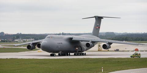 Lockheed C-5 Galaxy despega del aeropuerto de Gdansk, Polonia