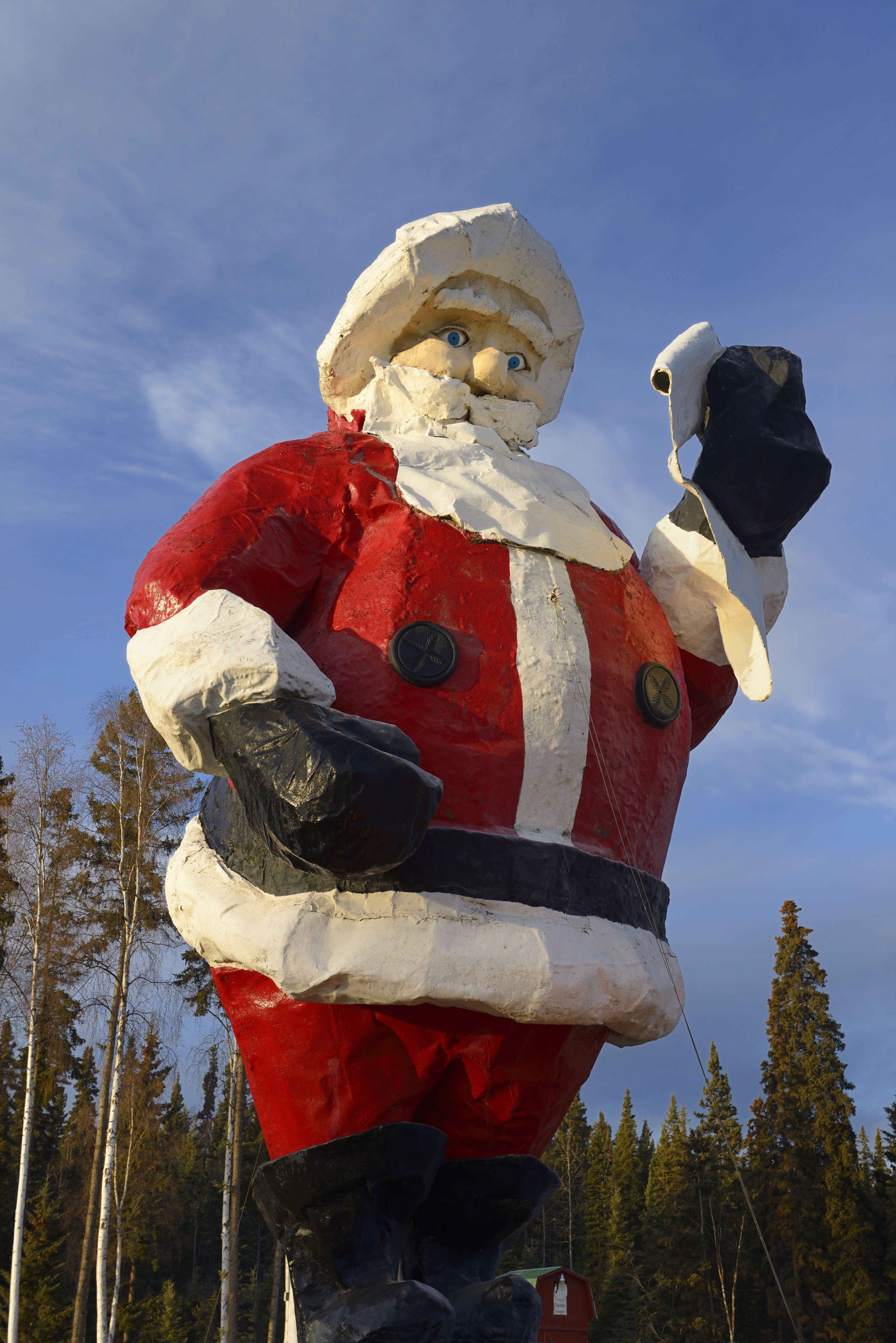 hiiglaslik jõuluvana kuju santalandis põhjapooluse alaskas