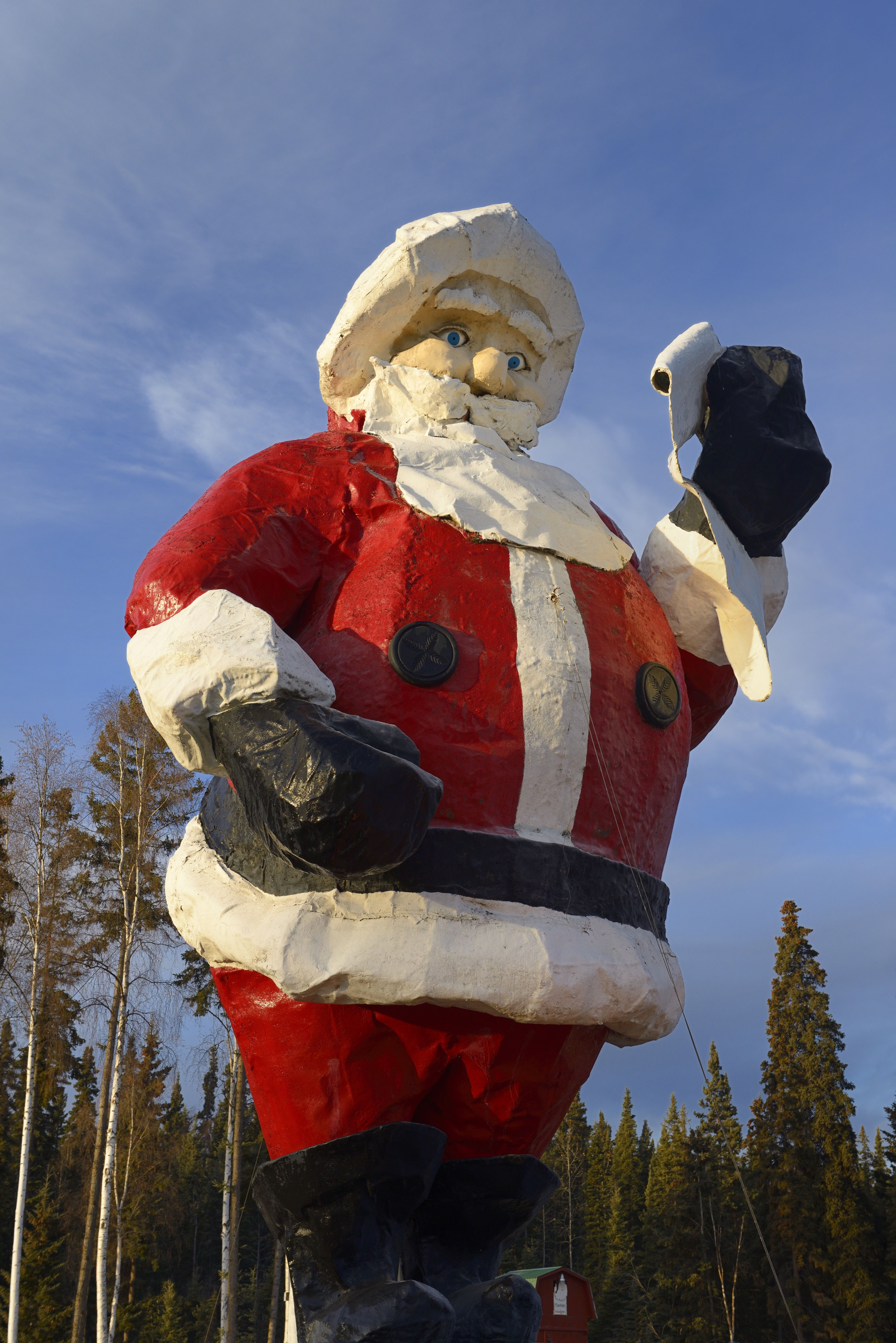 gigantisk julenissestatue ved santaland i nordpolen alaska