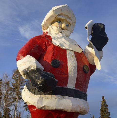 estátua gigante do papai noel em santaland no pólo norte do Alasca
