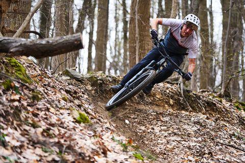Hombre descendiendo en bicicleta de montaña burm