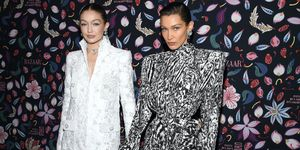 Gigi en Bella Hadid tijdens de Harper's Bazaar expositie bij Musee Des Arts Decoratifs in Parijs tijdens Fashion Week.