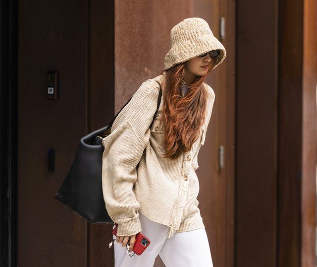 gigi hadid viaja de nueva york a milán con look comfy de pantalones joggers, sobrecamisa de micropana y zapatillas converse amarillas girasol