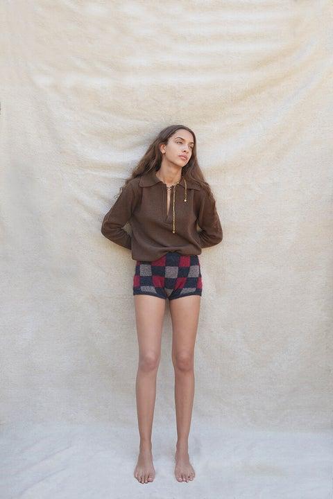 Clothing, White, Shorts, Fashion, Leg, Brown, Skin, Beauty, Human leg, Standing,