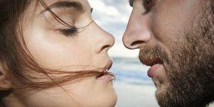 Una coppia si bacia