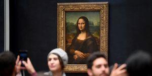 Oggi c'è chi dice che La Gioconda andrebbe spostata da Louvre: troppe code, foto e selfie