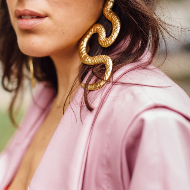Hair, Pink, Face, Lip, Street fashion, Shoulder, Beauty, Hairstyle, Skin, Cool,