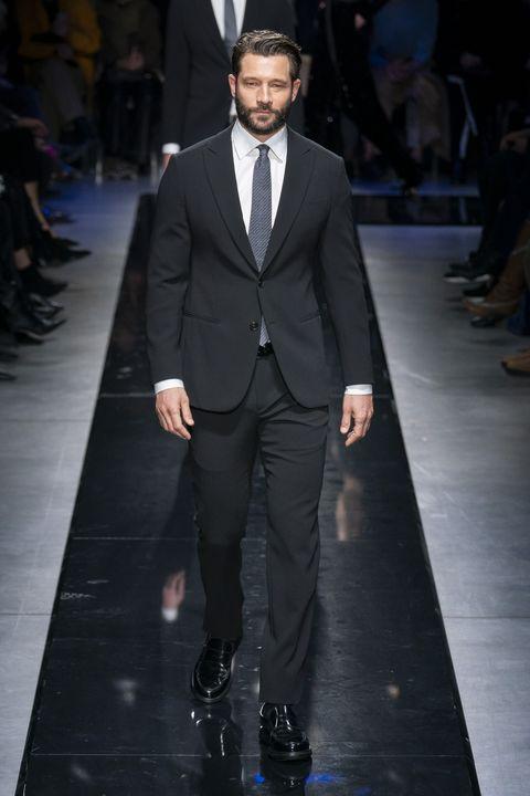 sale retailer b99e1 f55d1 La moda uomo di Giorgio Armani è una rapsodia in blu