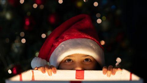 kind kan niet wachten om cadeau uit te pakken