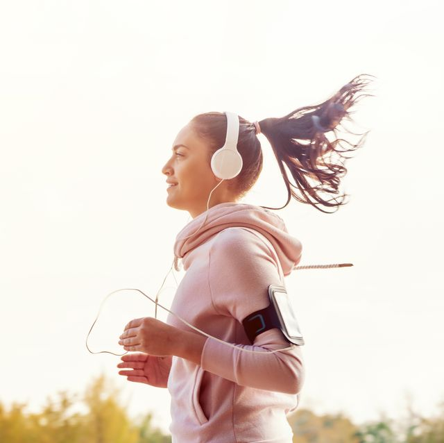 Girl is runing on the city  and listening the music