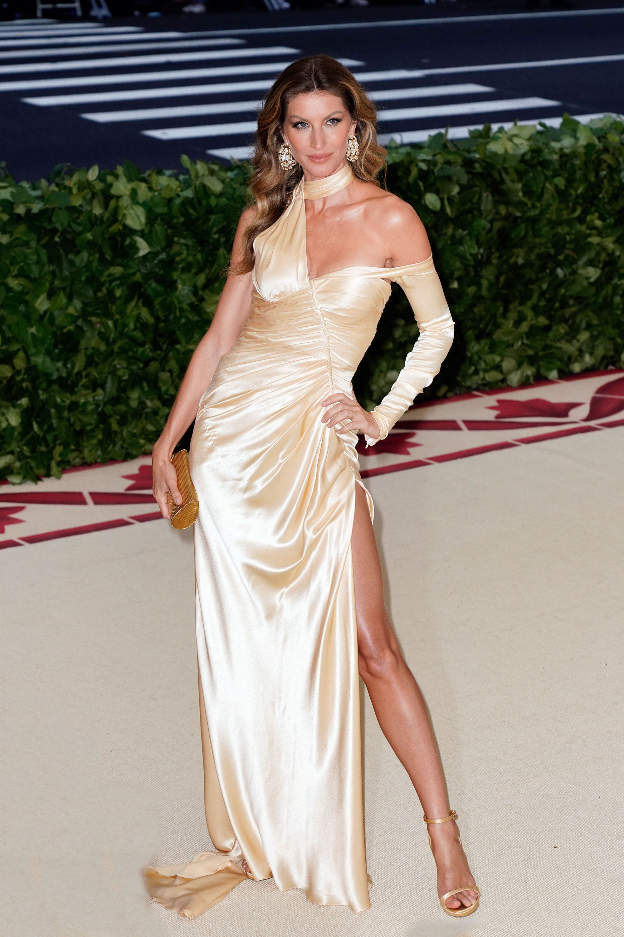 """Gisele Bundchen Giselle told W that while sticks to plant-based eating , """"I look at whole plant based foods, that's the foundation of the diet, mostly green vegetables, green vegetables are the highlight of that diet."""" She stays away from refined, processed foods, too: """"I believe that if it's not found in nature, we shouldn't really be messing with it."""""""