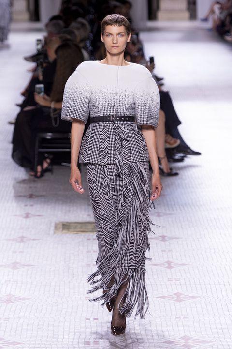Bekijk alle looks van deGivenchy Couture Herfst 2019 show hier.