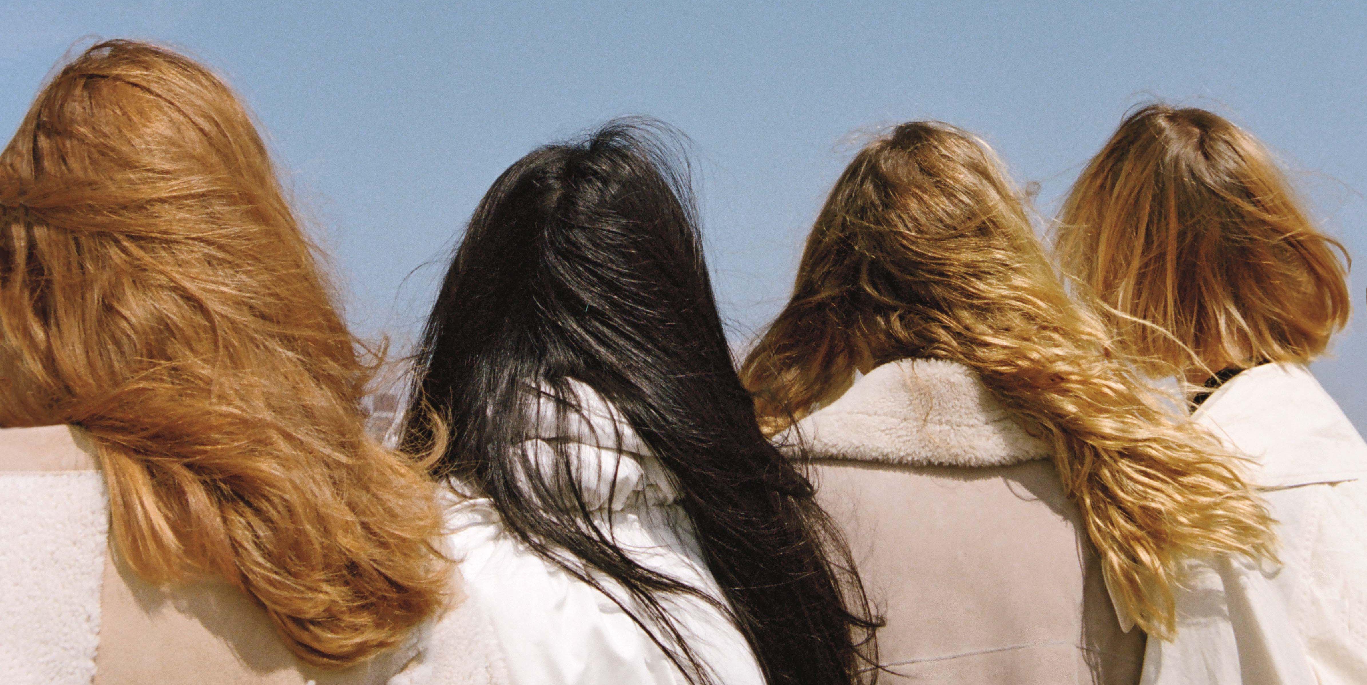 vrouwen-haar-rug-buiten-wind