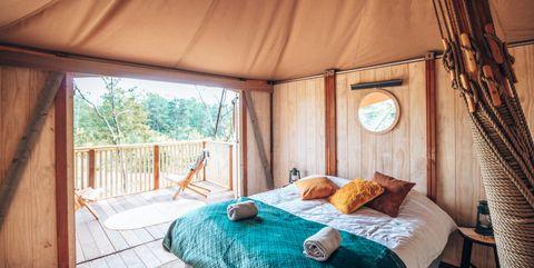 glamp outdoor camp opgemaakt bed