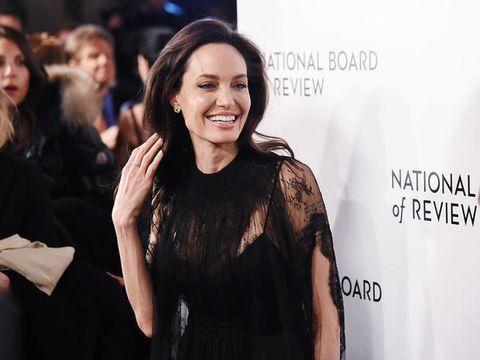 L'ossessione di Angelina Jolie per i vestiti di pizzo neri ha una risposta