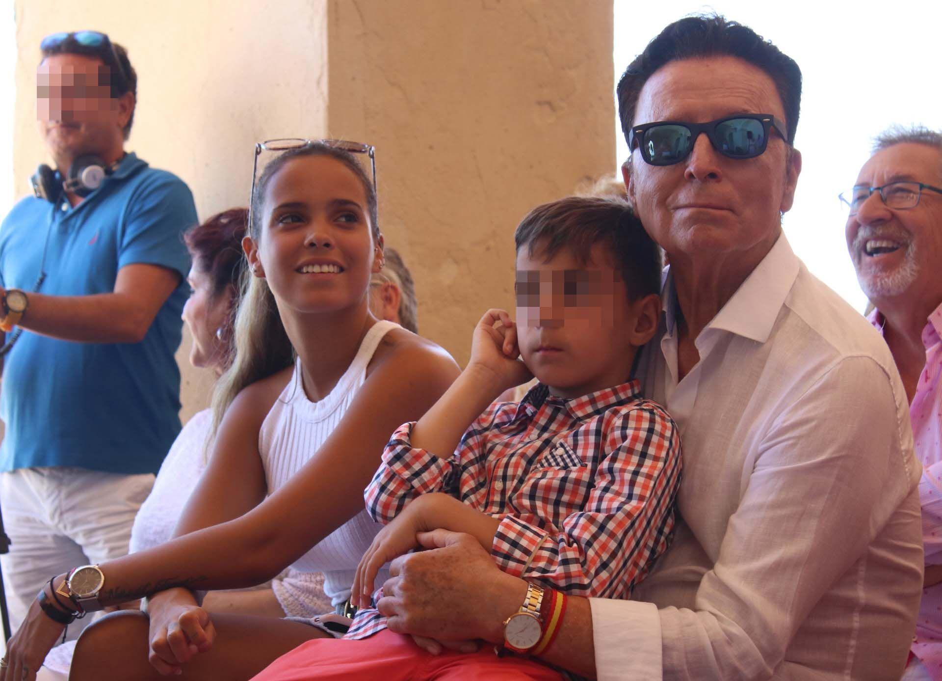 Gloria Camila y Ortega Cano, arropados por los Mohedano, en un nuevo homenaje a Rocío Jurado