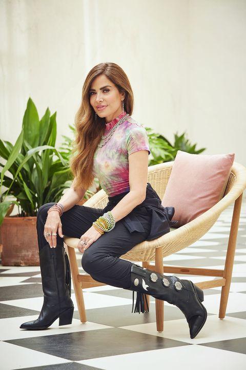 la cantante mexicana con una camiseta desteñida, pantalón negro y botas camperas