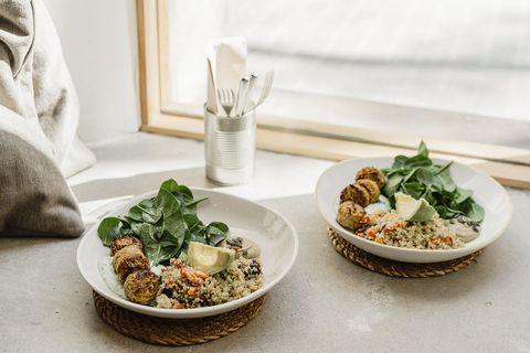Quinoa bowls met avocado, spinazie en vegaballetjes