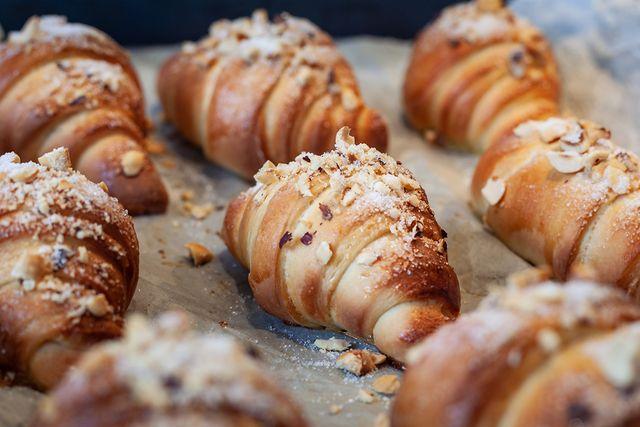 amandelcroissants op een bakplaat