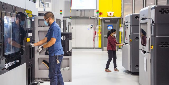 general motors additive manufacturing team members working at the still under construction additive innovation center