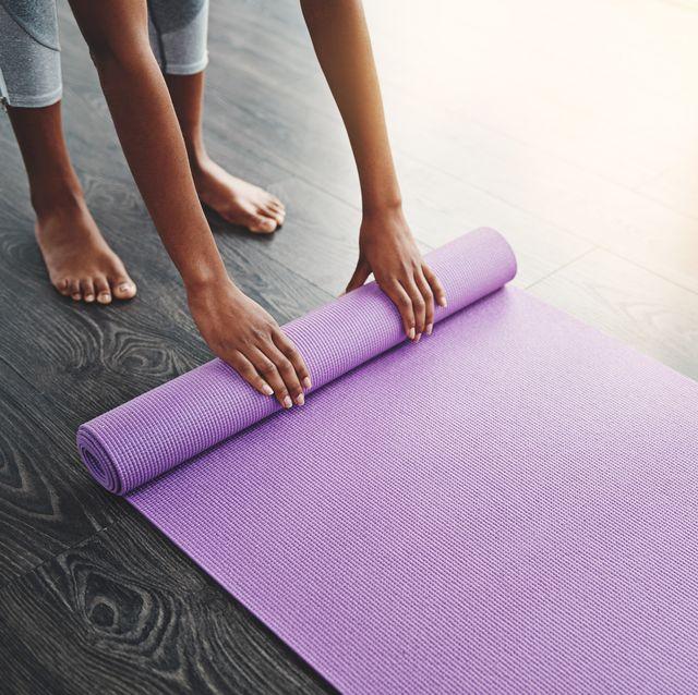 mujer esterilla yoga casa