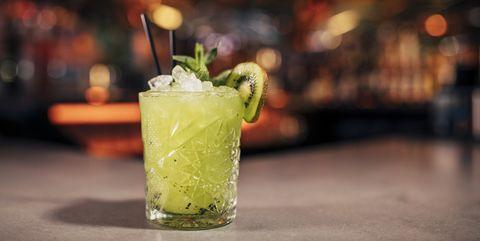 godzilla cocktail kiwi cocktail in glas