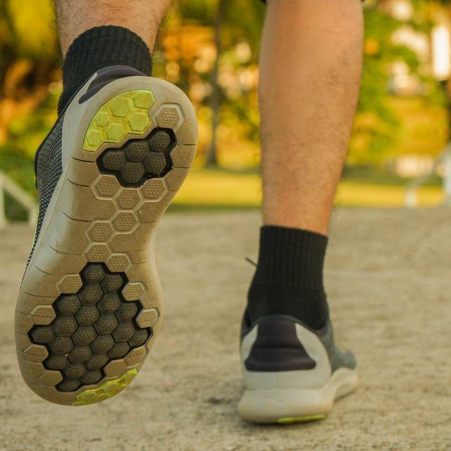 aanzicht van achteren van persoon die wegloopt met hardloopschoenen