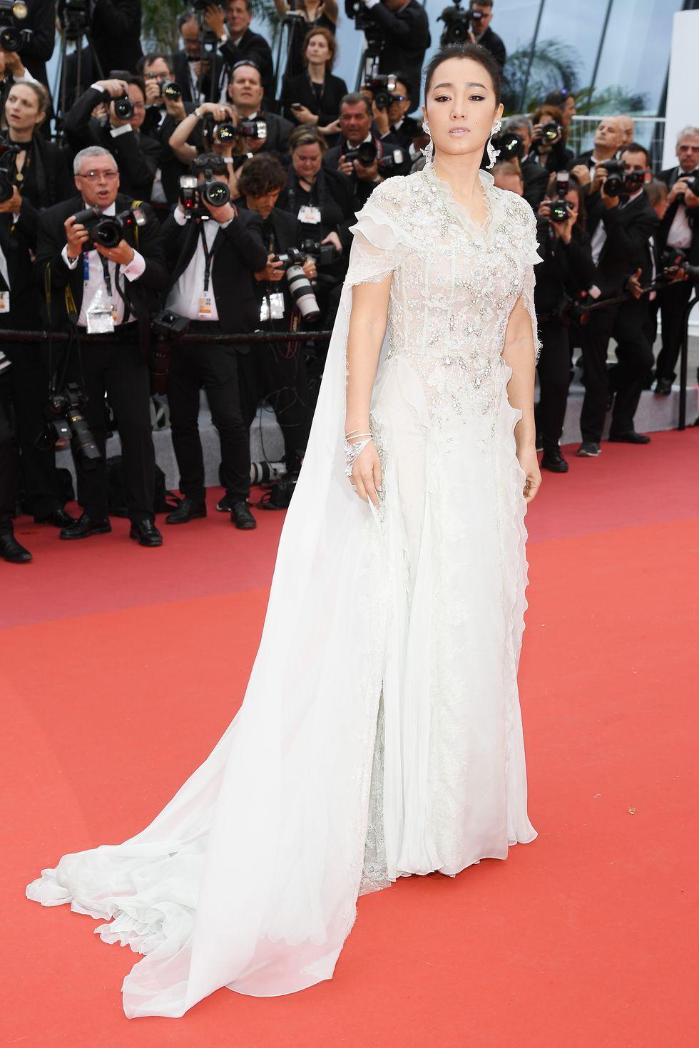 Gong Li, memilih cape gown warna putih dari Ralph & Russo untuk berpose saat di acara pembukaan dan premier film The Dead Don't Die.