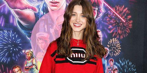 Le feste natalizie si avvicinano e Natalia Dyer ti offre lo spunto della moda 201920 ideale per un look Natale con la gonna cortae il maglione rosso.