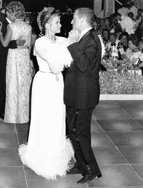 la princesse grace de monaco danse avec jean charles rey, son beau frère au bal de monte carlo en 1969 à monaco  photo by keystone france\gamma rapho via getty images