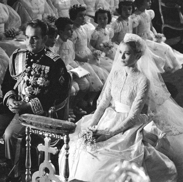 グレース・ケリーとモナコ大公レーニエ3世の結婚式でふたりが並んで座っているシーン