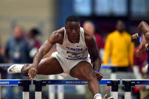 Grant Holloway durante su récord universitario en los 60m. vallas