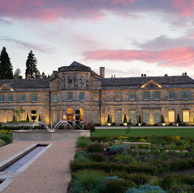 Estate, Building, Palace, Mansion, Stately home, Château, Architecture, Sky, Manor house, Official residence,