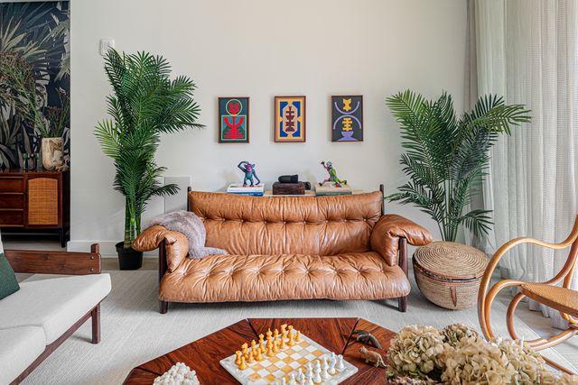 interior del apartamento de andy dunn en nueva york diseñado por la decoradora becky shea con recuerdos de viajes