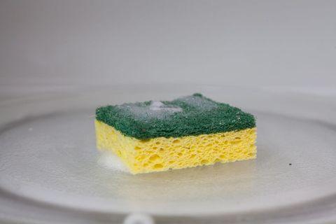 éponge verte et jaune au micro-ondes