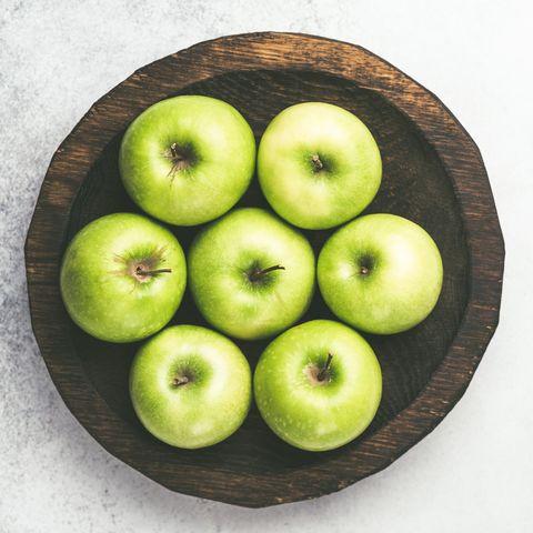 manzanas verdes en un plato