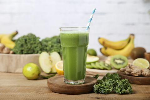 各式各樣水果在後面 綠色蔬果汁在前面