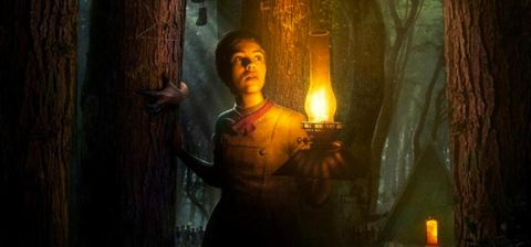 sophia lillis en gretel y hansel por el bosque con una lampara
