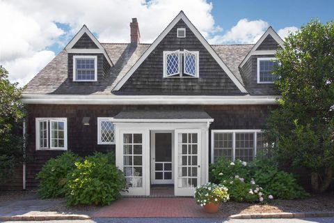 the grey gardens carriage house in east hampton is for sale hamptons celebrity real estate. Black Bedroom Furniture Sets. Home Design Ideas