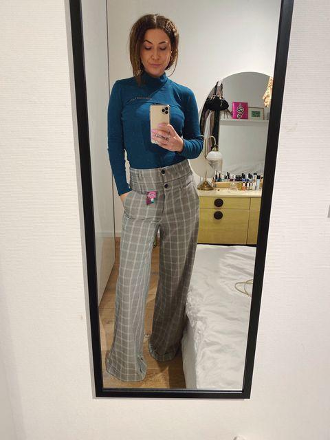 Digital content manager van ELLE:Moniek voor de spiegel met Daily Paper broek en Eckhaus Latte top