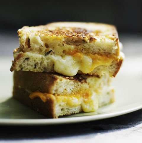 Сыр гриль с выдержанным чеддером на хлебе с розмарином