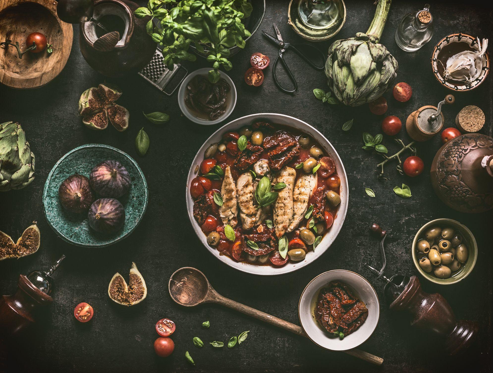 poitrine de poulet grillée avec sauce aux ingrédients méditerranéens